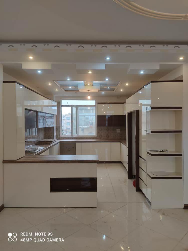 کابینت هایگلاس سفید و گردویی